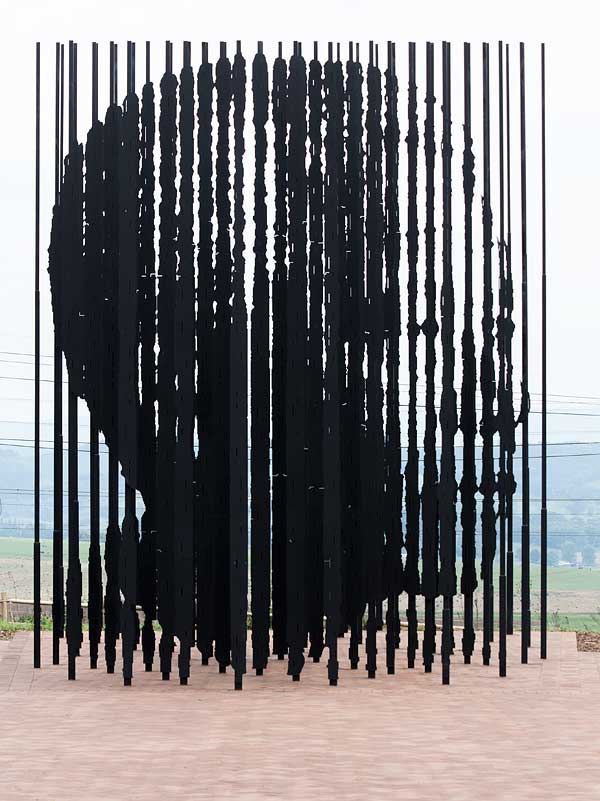 Mandela sculpture slots into focus at distance of 35 m